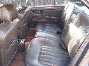 Les deux fauteuils arrières séparés spécifiques aux Daimler