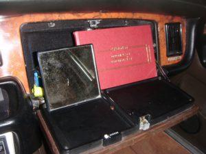 Voici le miroir de courtoisie logé dans la boite à gants
